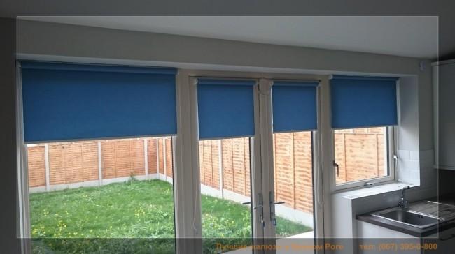 синие ролеты на окна